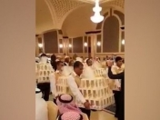 Boda en arabia:invitados recibieron iPhone 8 como souvenir