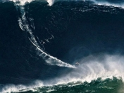 Surfista 'escala' el Everest de las olas (record guines)