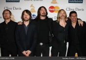 Foo Fighters tocando Wasting Light, su nuevo disco