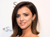 Lucy Mecklenburgh caminado en la playa. Fotos exclusivas