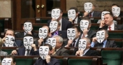 Políticos Protestan con la Máscara de Anonymous