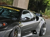 Liberty Walk le agrega un kit de ensanche al F430
