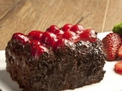 Brownie de chocolate y frutillas